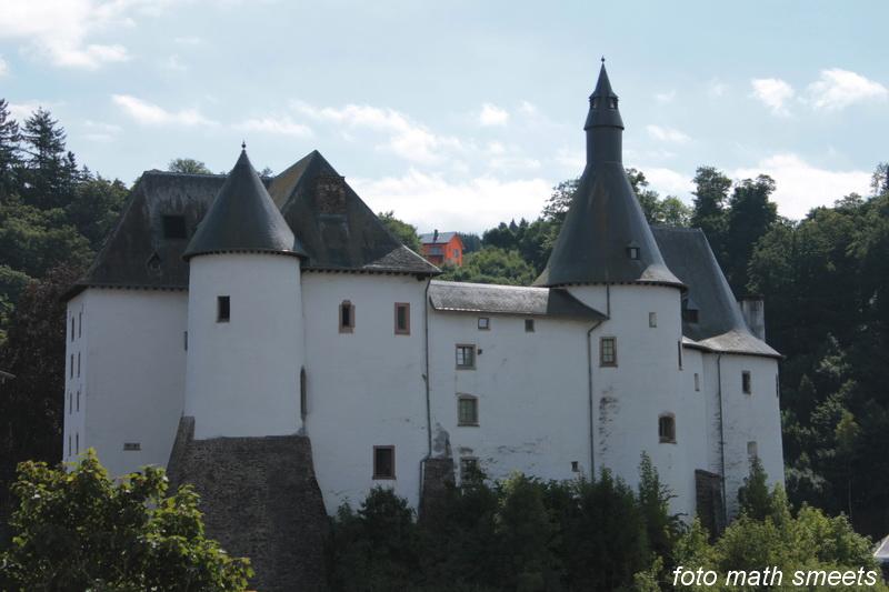 Het prachtige kasteel , vernield tijdens de Tweede Wereldoorlog, werd volledig gerestaureerd en is op vandaag de dag de eerbiedwaardige getuige van een roemrijk verleden. In het kasteel worden interessante tentoonstellingen georganiseerd.