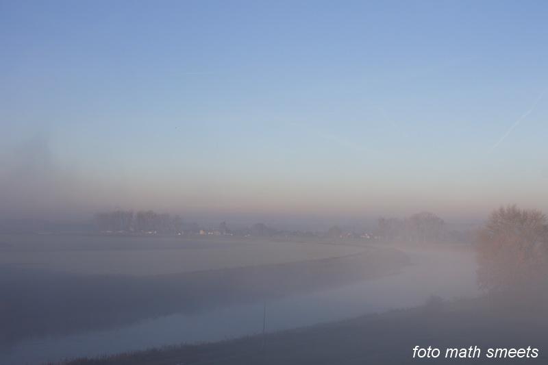 in de verte ligt Meers in de mist