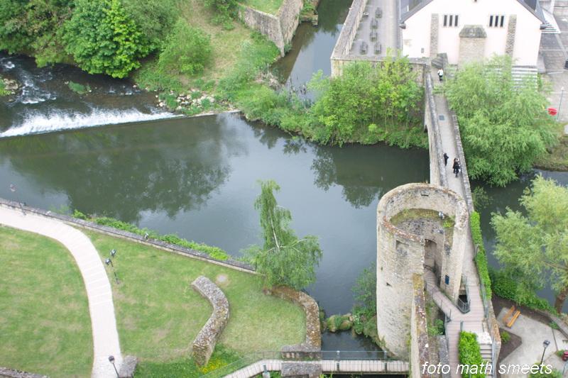 beneden stroomt het riviertje de Alzette