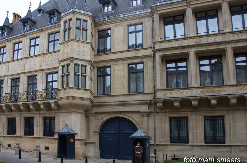 het paleis van Grand duc Jean met paleiswacht