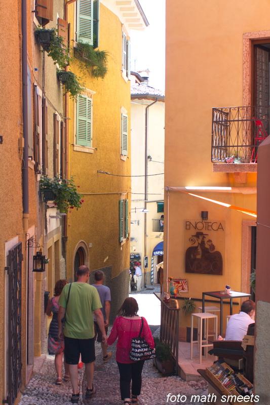 nauwe kleurrijke straatjes in Malcesine