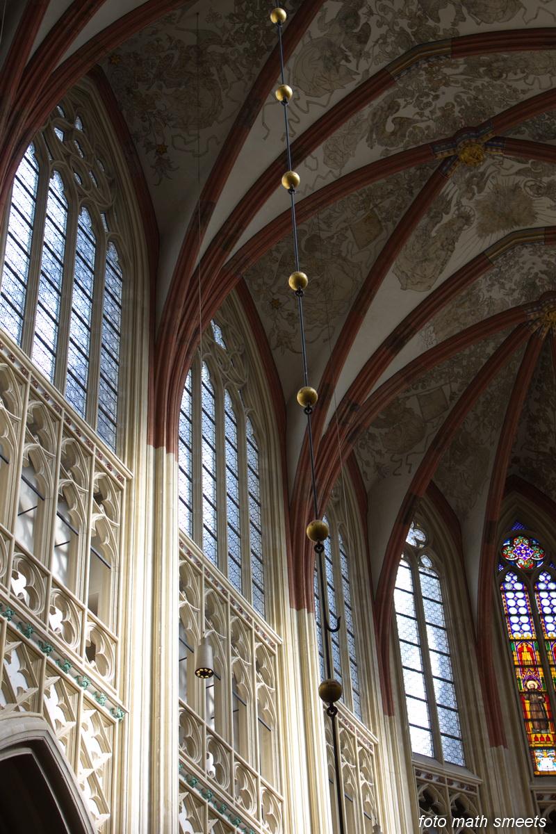 De Sint-Janskathedraal (voluit: de Kathedrale Basiliek van Sint-Jan Evangelist) in de binnenstad van 's-Hertogenbosch wordt veelal beschouwd als het hoogtepunt van de Brabantse gotiek. De Sint-Jan staat op de hoek van de Parade en de Torenstraat waaraan zich de hoofdingang bevindt. De kathedraal imponeert door zijn omvang en enorme rijkdom aan beeldhouwwerk. Uniek in Nederland zijn de dubbele luchtbogen en uniek in de wereld zijn de 96 luchtboogfiguren. De kathedraal werd oorspronkelijk als parochiekerk gebouwd en werd in 1366 tot kapittelkerk en in 1559 tot kathedraal van het nieuwe Bisdom 's-Hertogenbosch verheven. De kathedraal kreeg op 22 juni 1929 de eretitel basiliek. Het is qua vorm een kruiskerk, meer specifiek een kruisbasiliek. De kerk behoort tot de Top 100 van de Rijksdienst voor de Monumentenzorg.